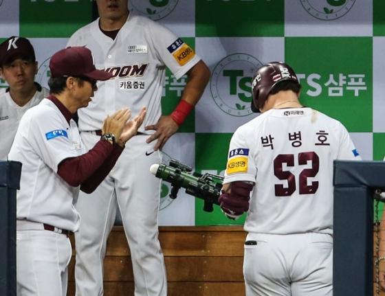 박병호(오른쪽)이 받아들고 쏠 준비를 하고 있다. /사진=키움 히어로즈 제공