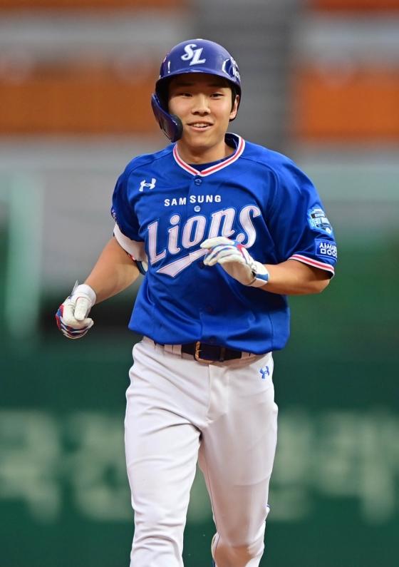 삼성 김지찬이 7일 인천 SK전서 데뷔 첫 홈런을 때린 뒤 그라운드를 돌고 있다. /사진=삼성 라이온즈