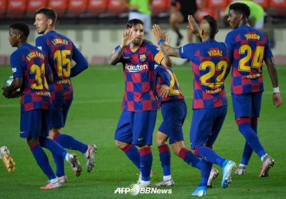리오넬 메시(가운데)를 비롯한 FC 바르셀로나 선수들. /AFPBBNews=뉴스1