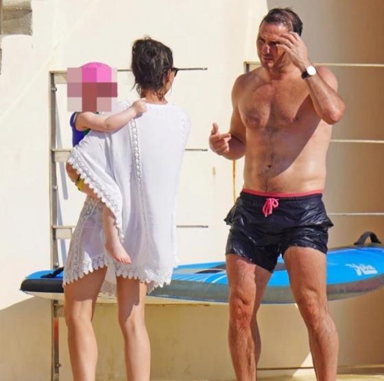가족과 함께 휴가를 즐기고 있는 램파드 첼시 감독(오른쪽)./사진=영국 더 선 캡처