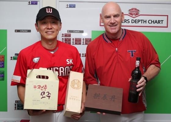 선물을 교환한 박경완 감독대행(왼쪽)과 윌리엄스 감독./사진=SK 와이번스
