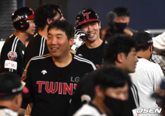 LG 홍창기(가운데)가 결승포를 친 뒤 환하게 웃고 있다.