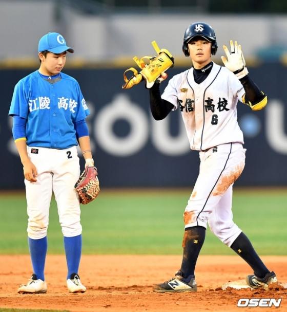 NC가 2021 신인 드래프트 1라운드에 지명한 유신고 김주원(오른쪽).