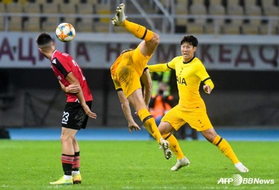 손흥민(오른쪽)이 경합을 펼치고 있다. /AFPBBNews=뉴스1