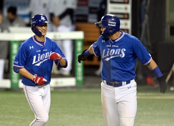 데뷔 7년 만에 개인 통산 1호 홈런을 터뜨린 삼성 라이온즈 강한울(왼쪽). /사진=삼성 라이온즈 제공