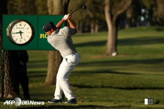 브라이슨 디섐보가 지난 21일(한국시간) US오픈 4라운드 18번홀에서 파워풀한 포즈로 티샷을 하고 있다. /AFPBBNews=뉴스1