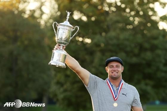 US오픈 우승 트로피를 들어 보이는 디섐보.  /AFPBBNews=뉴스1