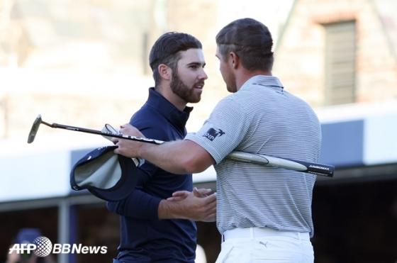 브라이슨 디섐보(오른쪽)가 US오픈 우승 확정 직후 2위 매슈 울프와 악수하고 있다. /AFPBBNews=뉴스1