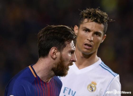 2017~2018시즌 당시 바르셀로나 리오넬 메시(왼쪽)와 레알 마드리드 크리스티아누 호날두. /AFPBBNews=뉴스1