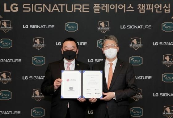 KPGA 구자철 회장과 LG전자 이상규 한국영업본부장(왼쪽부터)./사진=KPGA
