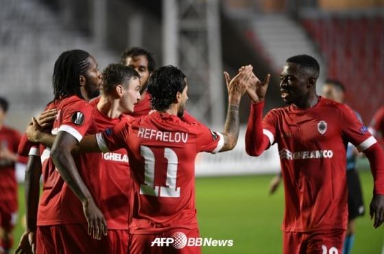 앤트워프 선수들이 첫 골이 터지자 기쁨을 함께 나누고 있다. /AFPBBNews=뉴스1