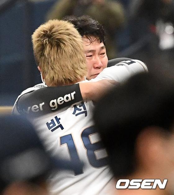 한국시리즈 우승을 확정 짓고 박석민(등번호 18번)과 포옹하는 양의지. /사진=OSEN
