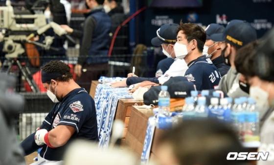 24일 열린 한국시리즈 6차전서 두산 선수들이 9회초 공격을 바라보고 있다.