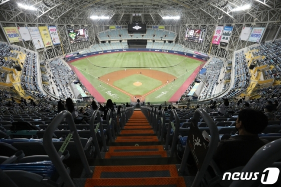 지난 24일 2020 한국시리즈 6차전이 열린 고척돔 모습. 이날 전체 좌석의 10% 가량인 1670석이 매진됐다. /사진=뉴스1