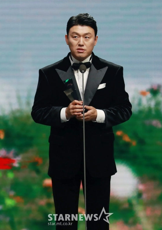 배우 김민재가 28일 마이뮤직테이스트로 방송된 2020 Asia Artist Awards(2020 아시아 아티스트 어워즈, 2020 AAA)에서 신스틸러상을 수상한 뒤 소감을 말하고 있다.스타뉴스가 주최하고 AAA 조직위원회가 주관하는 AAA는 어디에서도 보지 못했던 새로운 무대를 선보이며 전 세계 팬들의 눈과 귀를 사로잡아 명실상부 NO.1 글로벌 시상식으로 거듭났다./사진=이동훈 기자