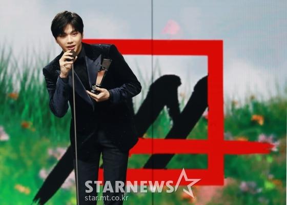 가수 강다니엘이 28일 마이뮤직테이스트로 방송된 2020 Asia Artist Awards(2020 아시아 아티스트 어워즈, 2020 AAA)에서 가수 부문 아시아 셀러브리티상을 수상한 뒤 소감을 말하고 있다.스타뉴스가 주최하고 AAA 조직위원회가 주관하는 AAA는 어디에서도 보지 못했던 새로운 무대를 선보이며 전 세계 팬들의 눈과 귀를 사로잡아 명실상부 NO.1 글로벌 시상식으로 거듭났다./사진=이동훈 기자