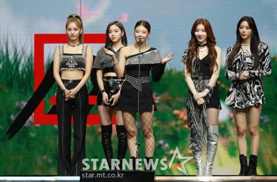 걸그룹 ITZY가 28일 마이뮤직테이스트로 방송된 2020 Asia Artist Awards(2020 아시아 아티스트 어워즈, 2020 AAA)에서 가수 부문 베스트초이스상을 수상한 뒤 소감을 말하고 있다.스타뉴스가 주최하고 AAA 조직위원회가 주관하는 AAA는 어디에서도 보지 못했던 새로운 무대를 선보이며 전 세계 팬들의 눈과 귀를 사로잡아 명실상부 NO.1 글로벌 시상식으로 거듭났다./사진=이동훈 기자