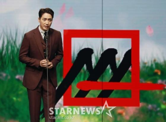 배우 이준혁이 28일 마이뮤직테이스트로 방송된 2020 Asia Artist Awards(2020 아시아 아티스트 어워즈, 2020 AAA)에서 배우 부문 베스트연기상을 수상한 뒤 소감을 말하고 있다.스타뉴스가 주최하고 AAA 조직위원회가 주관하는 AAA는 어디에서도 보지 못했던 새로운 무대를 선보이며 전 세계 팬들의 눈과 귀를 사로잡아 명실상부 NO.1 글로벌 시상식으로 거듭났다./사진=이동훈 기자