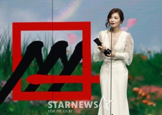 배우 전미도가 28일 마이뮤직테이스트로 방송된 2020 Asia Artist Awards(2020 아시아 아티스트 어워즈, 2020 AAA)에서 배우 부문 베스트연기상을 수상한 뒤 소감을 말하고 있다.스타뉴스가 주최하고 AAA 조직위원회가 주관하는 AAA는 어디에서도 보지 못했던 새로운 무대를 선보이며 전 세계 팬들의 눈과 귀를 사로잡아 명실상부 NO.1 글로벌 시상식으로 거듭났다./사진=이동훈 기자