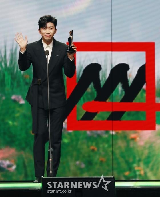 가수 임영웅이 28일 마이뮤직테이스트로 방송된 2020 Asia Artist Awards(2020 아시아 아티스트 어워즈, 2020 AAA)에서 가수 부문 핫이슈상을 수상한 뒤 소감을 말하고 있다.스타뉴스가 주최하고 AAA 조직위원회가 주관하는 AAA는 어디에서도 보지 못했던 새로운 무대를 선보이며 전 세계 팬들의 눈과 귀를 사로잡아 명실상부 NO.1 글로벌 시상식으로 거듭났다./사진=이동훈 기자