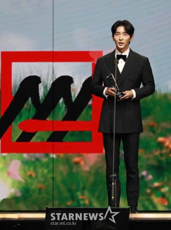 배우 이준기가 28일 마이뮤직테이스트로 방송된 2020 Asia Artist Awards(2020 아시아 아티스트 어워즈, 2020 AAA)에서 배우 부문 아시아 셀러브리티상을 수상한 뒤 소감을 말하고 있다.스타뉴스가 주최하고 AAA 조직위원회가 주관하는 AAA는 어디에서도 보지 못했던 새로운 무대를 선보이며 전 세계 팬들의 눈과 귀를 사로잡아 명실상부 NO.1 글로벌 시상식으로 거듭났다./사진=이동훈 기자
