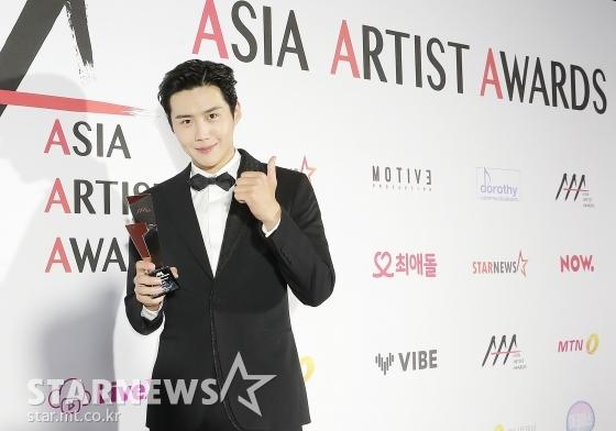 배우 김선호가 2020 Asia Artist Awards(2020 아시아 아티스트 어워즈, 2020 AAA)에서 이모티브상을 수상한 뒤 포즈를 취하고 있다.  / 사진=김창현 기자 chmt@