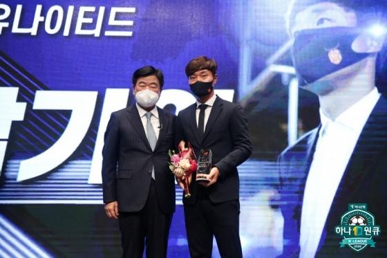 권오갑(왼쪽) 한국프로축구연맹 총재와 2020 K리그2 감독상을 수상한 남기일 제주 감독. /사진=한국프로축구연맹 제공