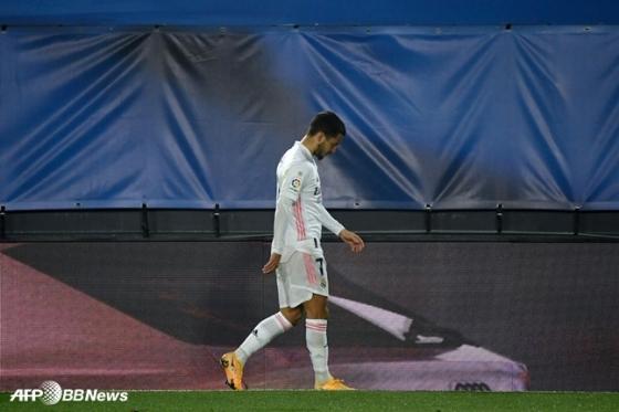 29일 알바레스와 경기에서 전반 28분 교체되고 있는 레알 마드리드 에당 아자르. /AFPBBNews=뉴스1