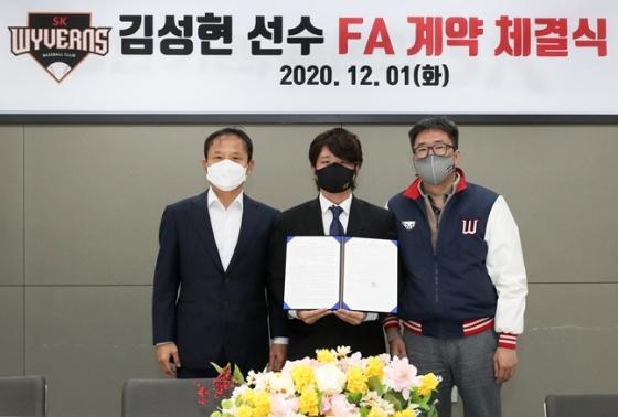브랜뉴스포츠 김현수대표, 김성현선수, 류선규단장(왼쪽부터)./사진=SK와이번스