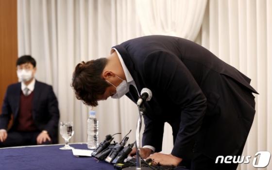이대호 한국프로야구선수협회 회장이 2일 오후 서울 강남구 청담동 호텔리베라에서 열린 판공비 인상 관련 해명 기자회견에서 고개를 숙이며 인사하고 있다. /사진=뉴스1