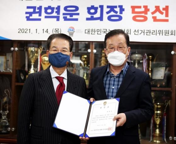 제34대 대한민국농구협회장에 당선된 권혁운 아이에스동서 회장(왼쪽). /사진=대한민국농구협회 제공