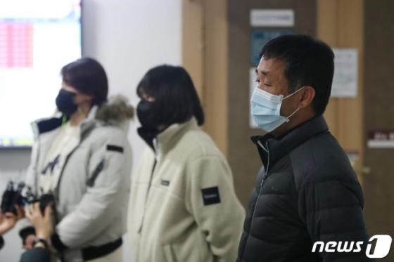 고 최숙현 선수의 아버지 최영희(오른쪽)씨가 22일 판결 후 심경을 밝히고 있다. 왼쪽은 최 선수의 동료 선수들. /사진=뉴스1