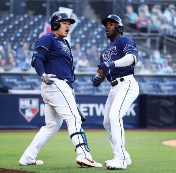탬파베이 최지만(왼쪽)과 팀 동료 랜디 아로자레나.  /사진=탬파베이 구단