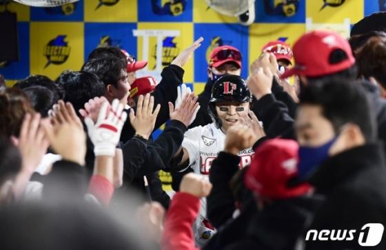 추신수(가운데)가 홈런을 친 뒤 동료들로부터 축하 인사를 받고 있다. /사진=뉴스1(SSG 제공)