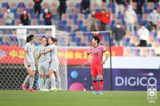 8일 고양종합운동장에서 열린 중국과의 도쿄올림픽 여자축구 최종예선 플레이오프에서 1-2로 패배한 뒤 아쉬워하고 있는 지소연의 모습. /사진=대한축구협회