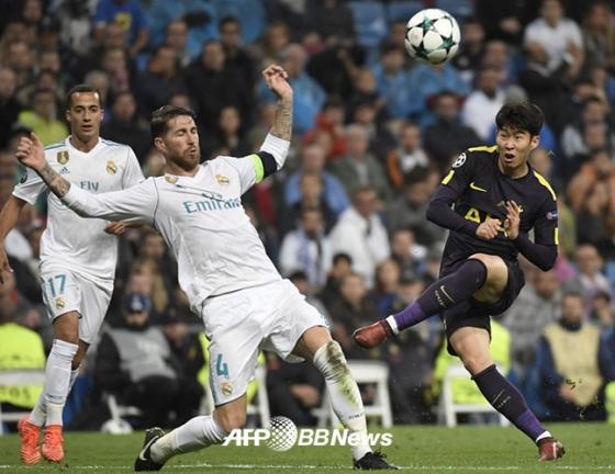 지난 2017년 UEFA 챔피언스리그 조별리그 레알 마드리드전에서 슈팅을 시도하고 있는 손흥민(오른쪽)의 모습. /AFPBBNews=뉴스1