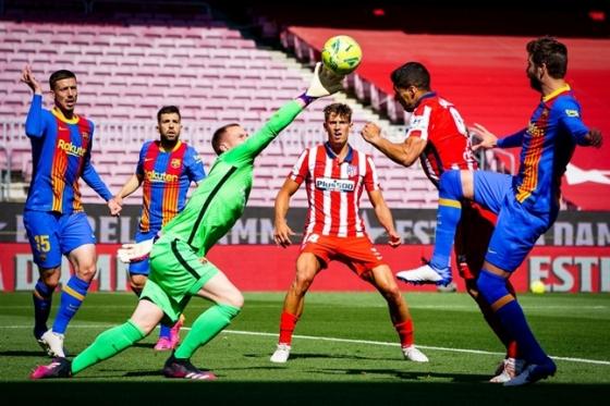 수아레스의 공격을 골키퍼 슈테겐(왼쪽)이 막아내고 있다./사진=FC바르셀로나 트위터