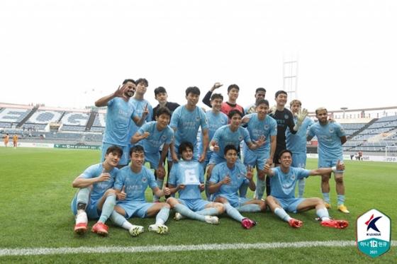 16일 제주월드컵경기장에서 열린 제주유나이티드전에서 2-1로 승리한 뒤 기념 사진을 촬영하고 있는 대구FC 선수들. /사진=한국프로축구연맹