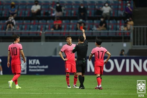 김진야가 12일 제주월드컵경기장에서 열린 가나와의 평가전에서 레드카드를 받고 있는 모습. /사진=대한축구협회