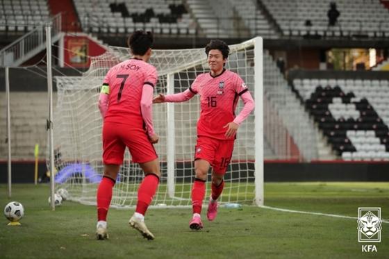 지난해 11월 오스트리아에서 열린 카타르와의 평가전에서 골을 넣은 뒤 기뻐하고 있는 황의조(오른쪽)와 손흥민. /사진=대한축구협회