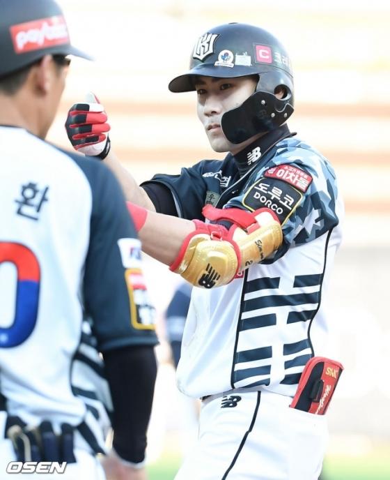 19일 두산과 더블헤더 2차전에서 4회말 역전 결승 적시타를 때려낸 KT 심우준.