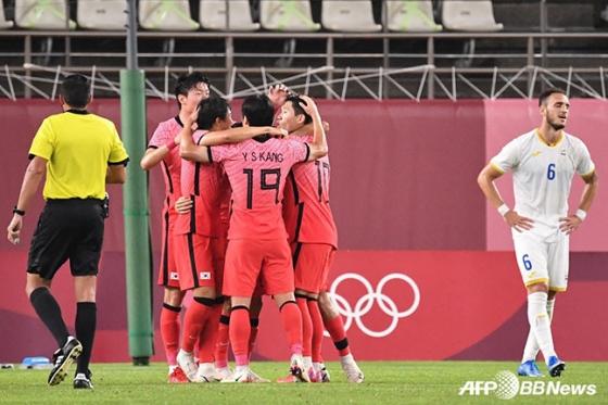 25일 일본 이바라키 가미사 스타디움에서 열린 루마니아와 2020 도쿄올림픽 조별리그 B조 2차전에서 골을 터뜨린 뒤 환호하고 있는 대한민국 올림픽 축구대표팀. /AFPBBNews=뉴스1
