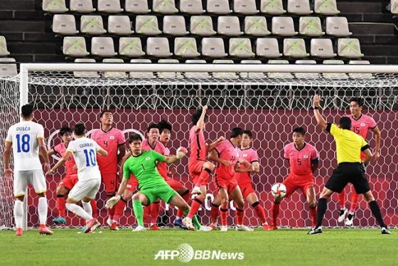 25일 일본 이바라키 가시마 스타디움에서 열린 루마니아와 도쿄올림픽 남자축구 조별리그 B조 2차전에서 상대의 간접 프리킥을 몸으로 막아낸 송범근(가운데 녹색 유니폼) 골키퍼. /AFPBBNews=뉴스1