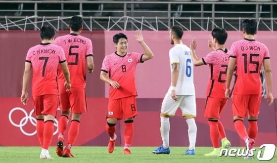 이강인(왼쪽 3번째)이 25일 일본 이바라기현 가시마 스타디움에서 열린 2020 도쿄올림픽 남자축구 조별리그 B조 2차전 대한민국과 루마니아의 경기에서 패널티킥을 성공시킨 뒤 동료들의 축하를 받고 있다. /사진=뉴스1