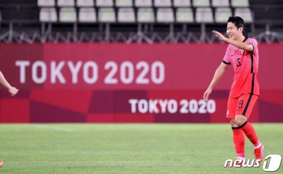이강인이 25일 일본 이바라기현 가시마 스타디움에서 열린 2020 도쿄올림픽 남자축구 조별리그 B조 2차전 루마니아전에서 멀티골을 터뜨린 뒤 미소를 짓고 있다. /사진=뉴스1
