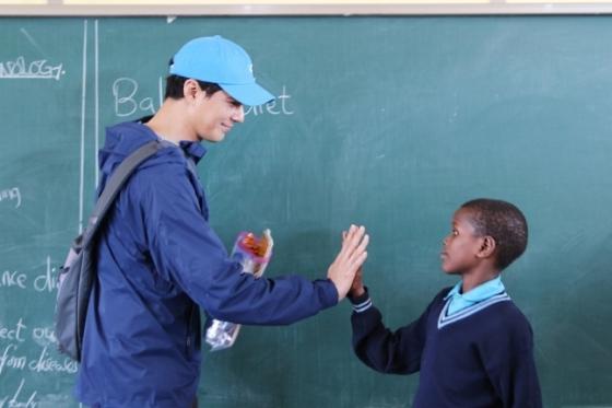 조인성과 손을 맞잡은 탄자니아 어린이/사진제공=밀알복지재단