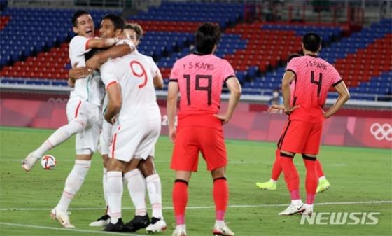 31일 2020 도쿄올림픽 남자축구 8강전 대한민국과 멕시코의 경기 전반전 멕시코 마틴에게 선제골을 내준 대한민국 선수들이 아쉬워 하고 있다. /사진=뉴시스