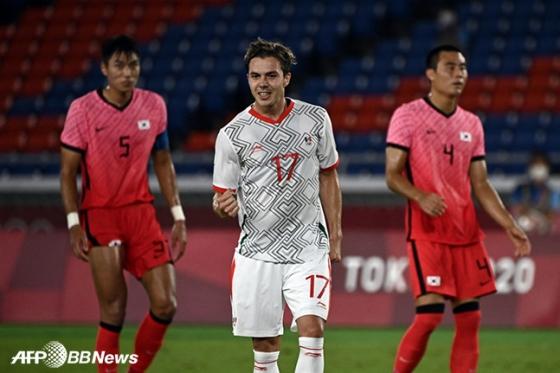 31일2020 도쿄올림픽 8강전에서 골을 넣은 멕시코의 세바스티안 코르도바(가운데)와 올림픽 축구대표팀 수비수 정태욱(왼쪽), 박지수. /AFPBBNews=뉴스1