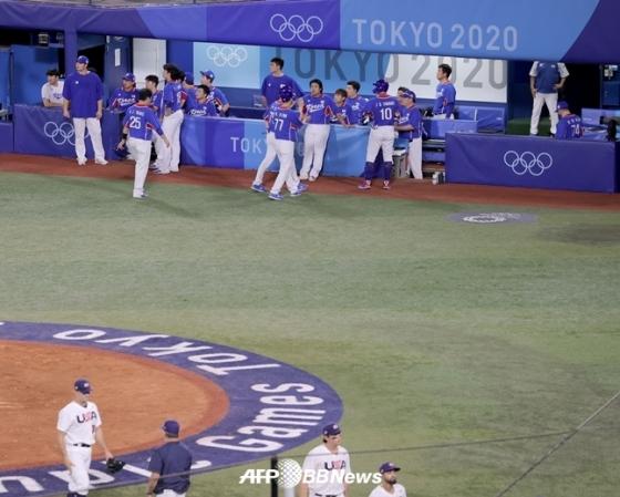 패배 후 아쉬워하는 한국 야구 대표팀./AFPBBNews=뉴스1
