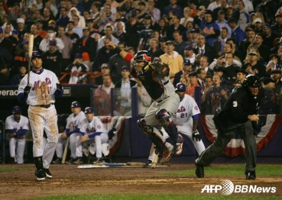 뉴욕 메츠의 카를로스 벨트란(왼쪽)이 2006년 NLCS 7차전 9회말 2사 만루에서 애덤 웨인라이트에게 루킹 삼진을 당하고 물러나고 있다./AFPBBNews=뉴스1